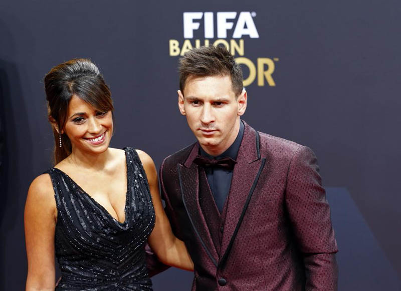 Barcelona's Lionel Messi of Argentina, a nominee for the 2014 FIFA World Player of the Year, arrives with partner Antonella Roccuzzo for the FIFA Ballon d'Or 2014 soccer awards ceremony at the Kongresshaus in Zurich January 12, 2015. REUTERS/Ruben Sprich (SWITZERLAND  - Tags: SPORT SOCCER)   - RTR4L53Q